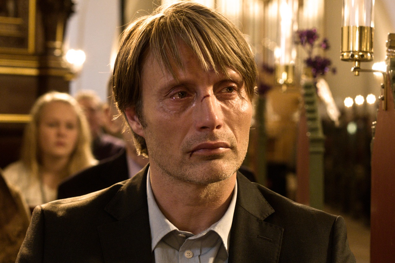 officia_Mads_Mikkelsen_in_church_TheHunt_FramegrabPhoto_by_Charlotte_Bruus_Christensen